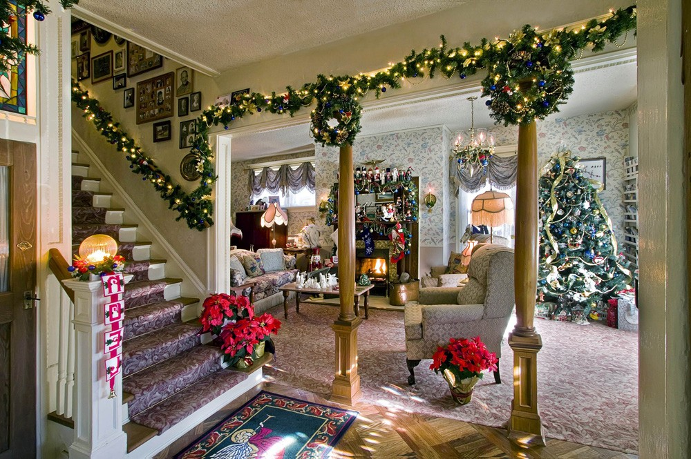 Christmas-Decorations-on-Stairs